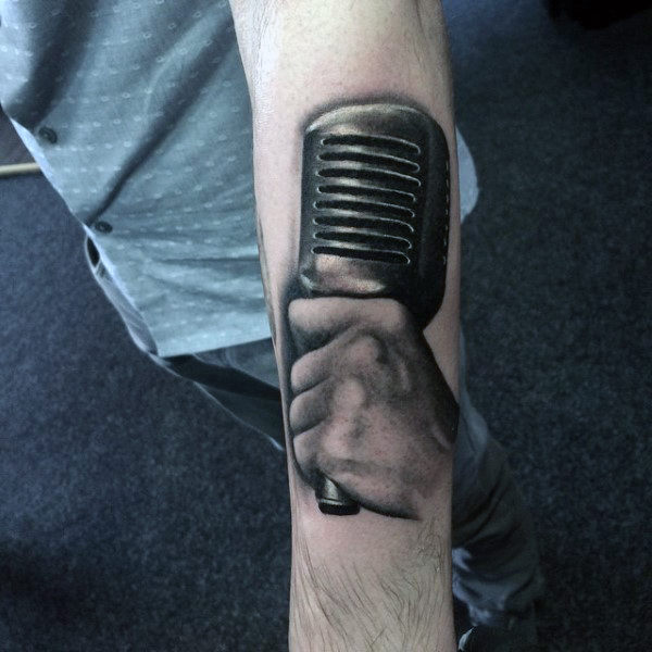 Guys Forearms สีดำและสีเทา Tattoo Of Hand Holding Mic