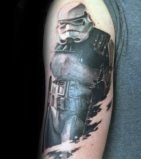 Homens rasgados da pele Stormtrooper Helmet On Darth Vader Tattoo