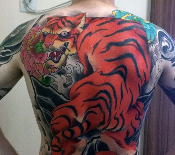 男性's Orange Tiger Tattoo On Back
