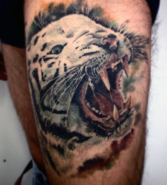 男性's Tattoo Of Tiger On Leg