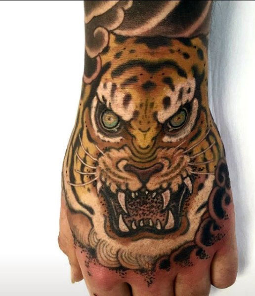 男性's Tiger Face Tattoo On Hands