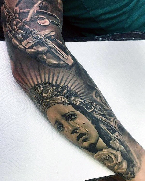 Guy met verbazingwekkende volledige mouw Cross Virgin Mary Tattoo Designs