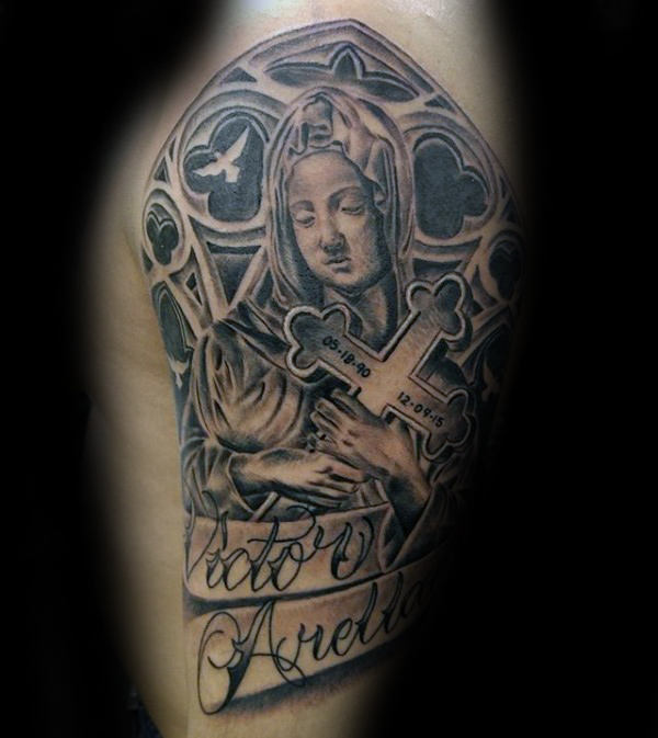 Virgin Mary Holding Cross met kerkvensters Heren halflange tatoeages