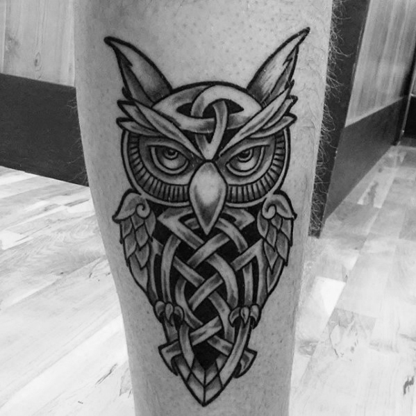Man met Cool Leg Celtic Owl Tattoo Design
