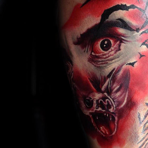 Rode Dracula oog met Bat Mens Arm Tattoo