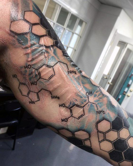 ชายด้วย Cool Neuron Tattoo Design