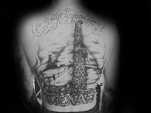 Mann med Oilfield Texas Full Back Tattoo