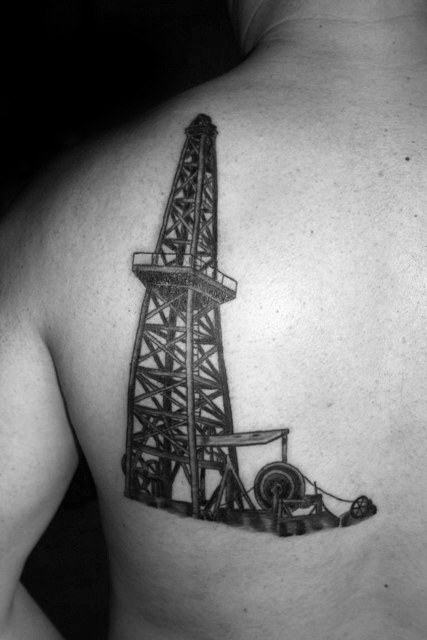 Black Ink Mens Oilfield Well Tattoo på øvre side av baksiden