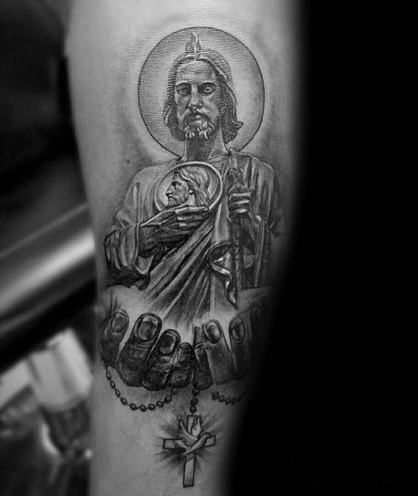 Mãos segurando Cruz com St Jude Mens Arm Tattoo