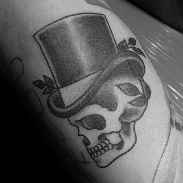 Gentleman With Inner Brice Bicep Shaded Traditional Skull Indossare il cappello a cilindro