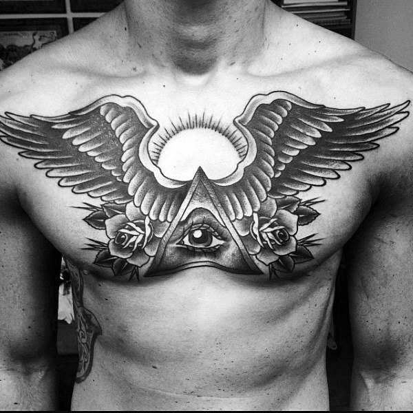 Traditionelle Kerle alle sehende Auge mit Wing Chest Tattoo