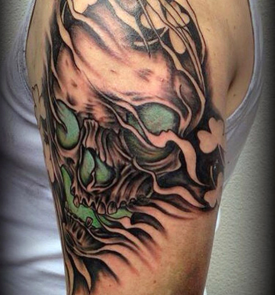 Czaszka z Negative Space Shamrocks Tattoo On Male