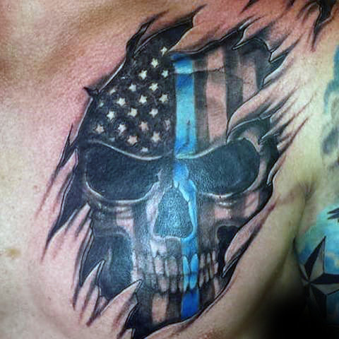 ชายที่มี Thin Blue Line Skull และ Ripped Skin Chest Tattoo