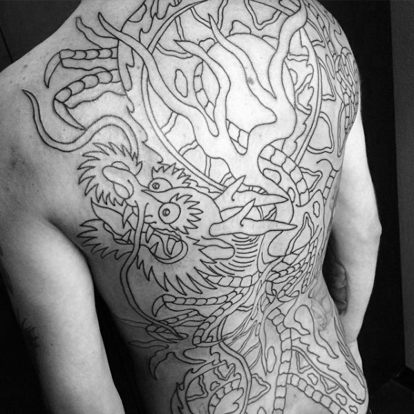 Guy cu Amazing Full Back Înapoi la lista de modele de cerneală negru Traditional Dragon Themed Tattoo