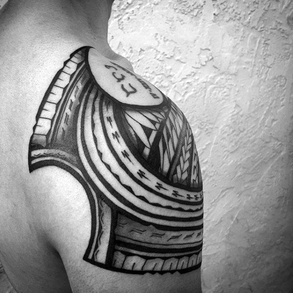 Atvėsti vyrai's Hawaiian Tribal Shoulder Tattoos