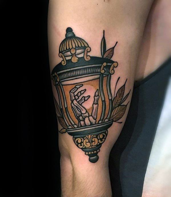 Awesome Skeleton Hand Inside Lantern Outer Arm Tatuaggi per gli uomini