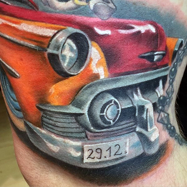 Männliche Arme orange rötliche Hot Rod Tattoo
