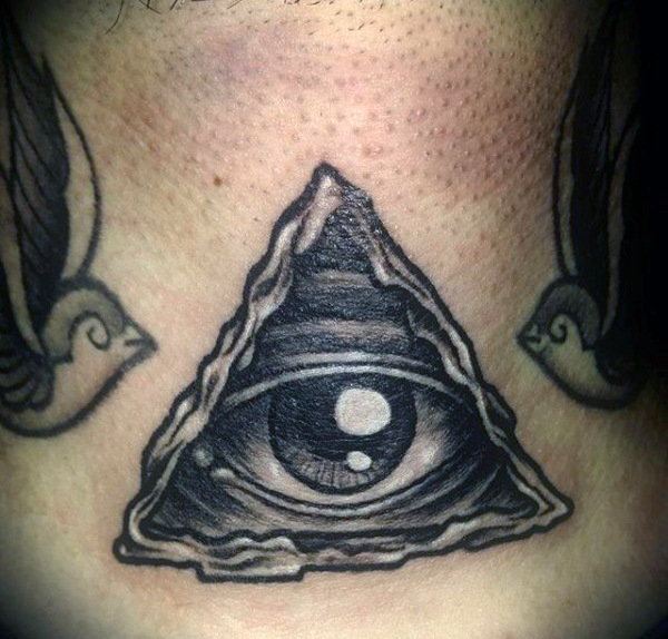 Guys Neck Schwarz-Weiß-One Eyed Triangle Tattoo