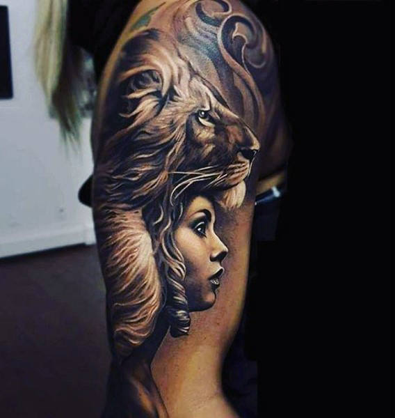 Männliche obere Arme Black And White Lion Lady Tattoo
