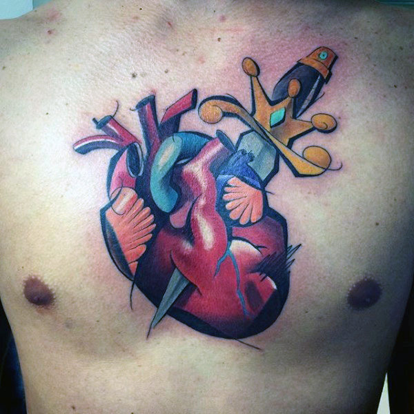 Uomo con Graffiti Cuore e spada Design Tattoo On Middle Of Chest