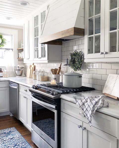 Traditionelle Holz und Painted White Kitchen Hood Ideen