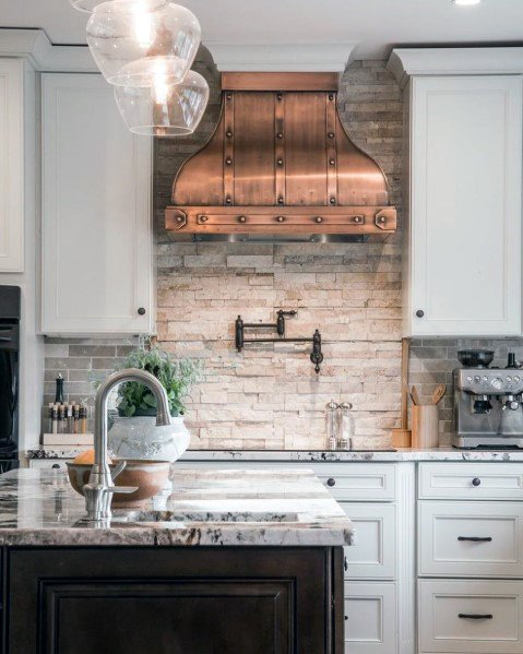 Unikalus akmens backsplash